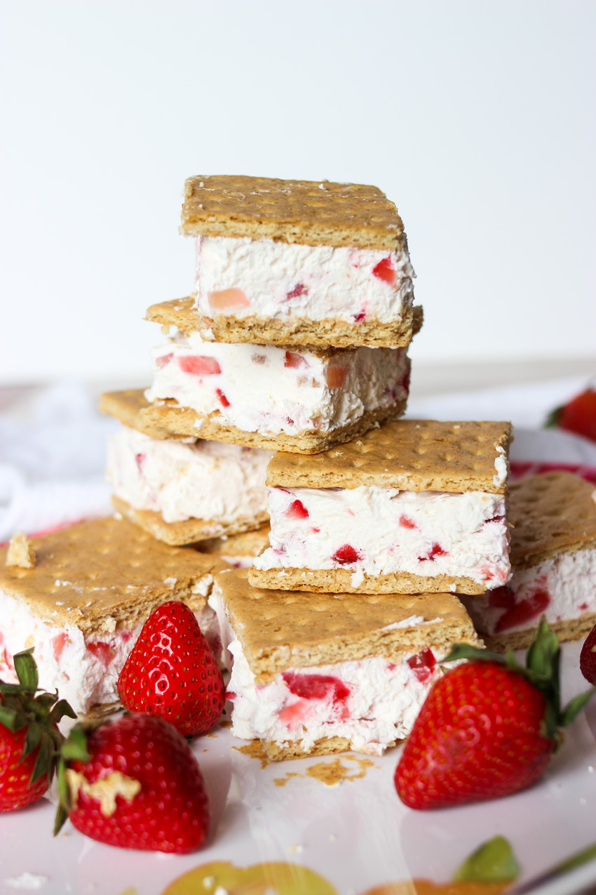 healthy frozen greek yogurt strawberry ice cream sandwiches #icecream #healthysnack #healthydessert #summerfood #greekyogurt